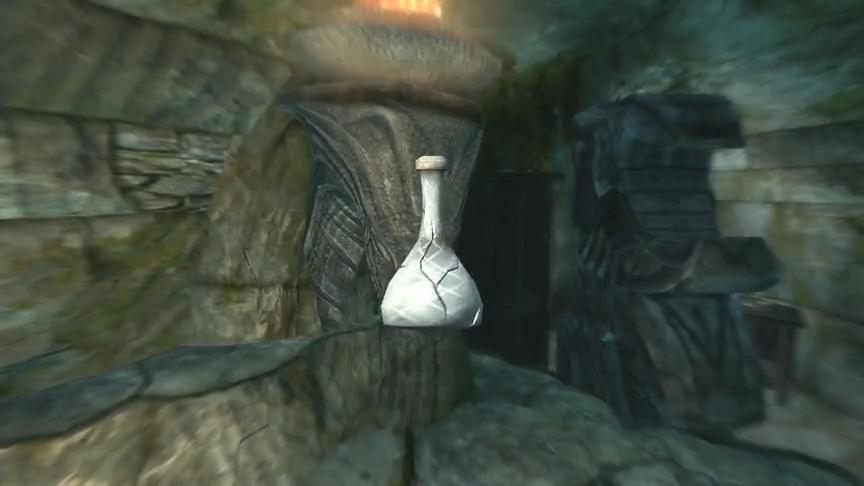 白き小瓶が割れてしまっている…
